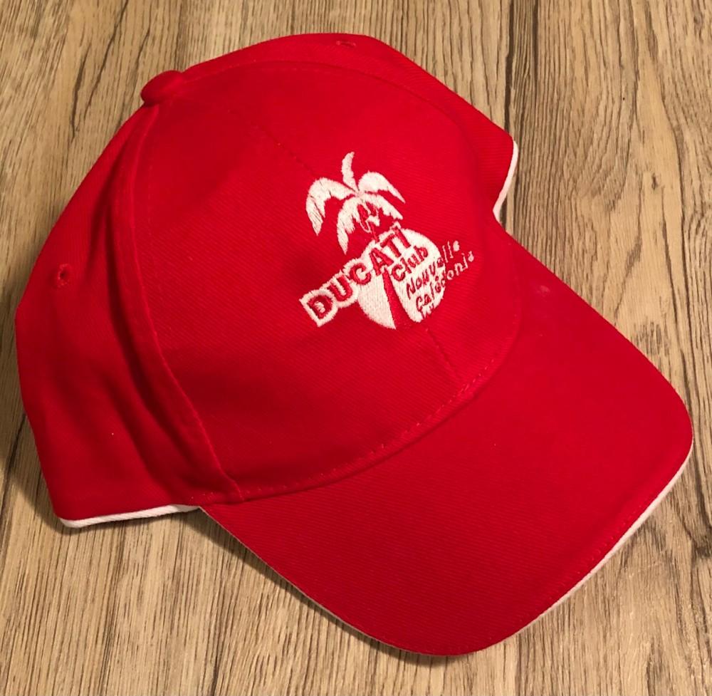 Casquette disponible en rouge ou noire